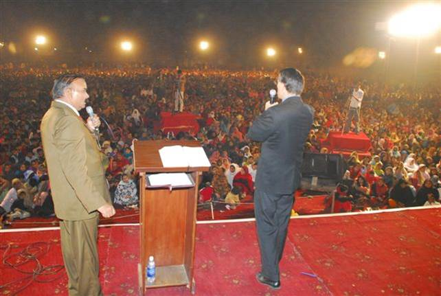 Preaching to Capacity Crowd Pakistan, crusade for Christ